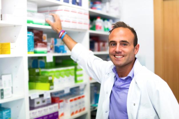 Премиум Фото | Счастливый взрослый человек фармацевт в аптеке